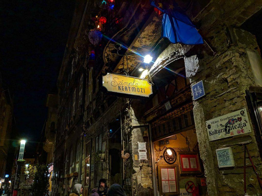 Budapest Ruin Pub: Szimpla Kert outside sign