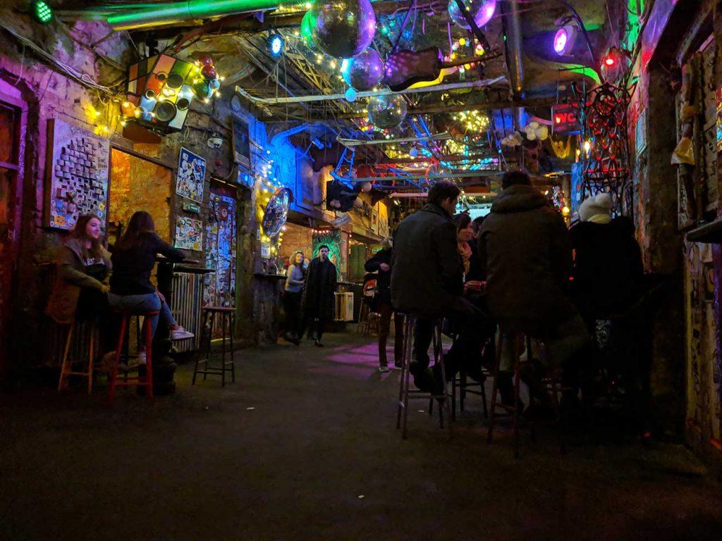 Budapet Ruin Pub: Szimpla kert front room